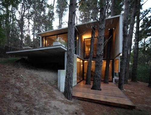 монолитный частный дом на склоне