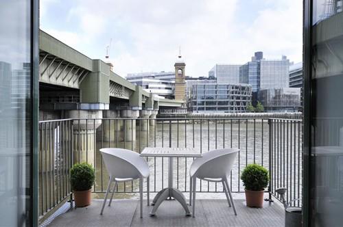 балкон с видом на реку