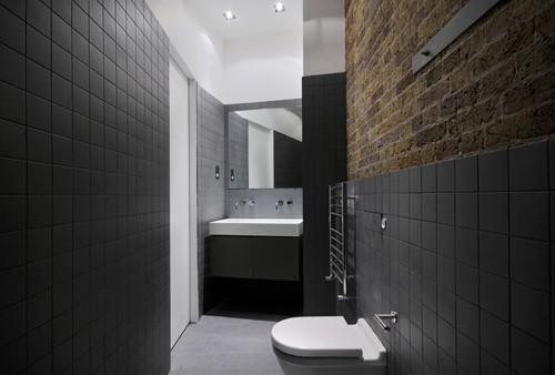 черно-белая ванная с кирпичной стеной