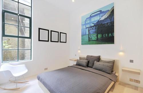 черно-белая спальня с цветным постером