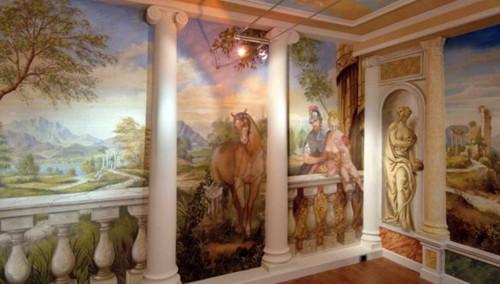 выделение колонн в интерьере при помощи росписи стен