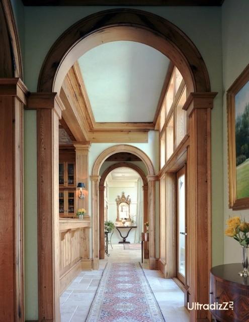 акцент на архитектурных элементах в интерьере коридора