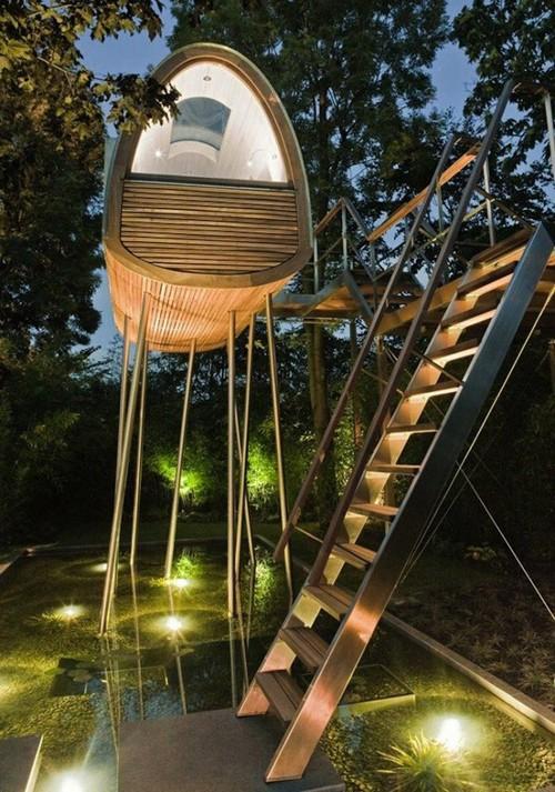 игровой домик в вечернем освещении