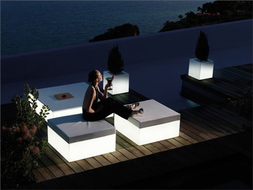 садовая мебель со встроенной подсветкой