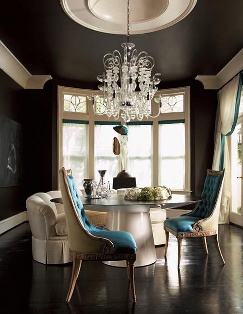 голубой цвет в черной комнате