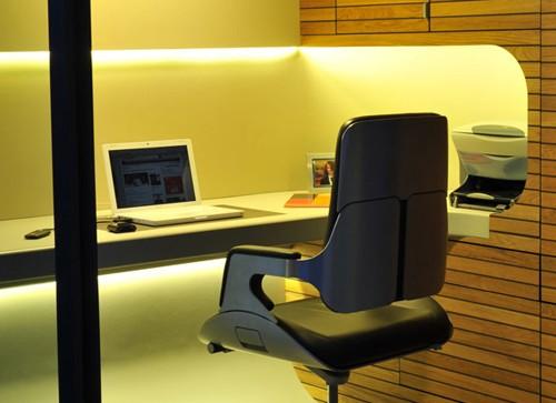 эргономичное кресло в домашнем офисе