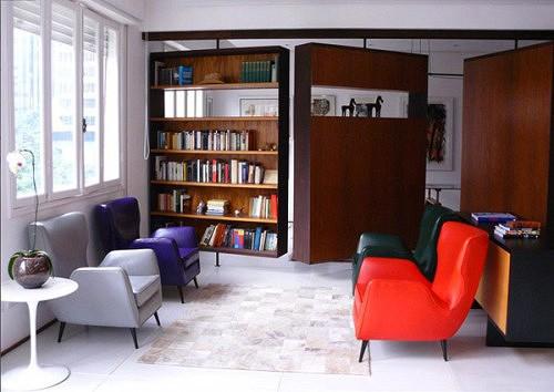 современная квартира с вращающимися стеллажами