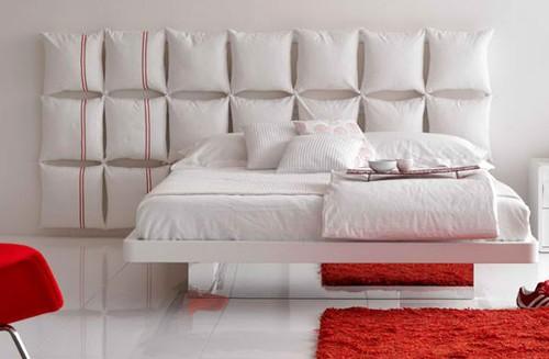 подушки в изголовье кровати
