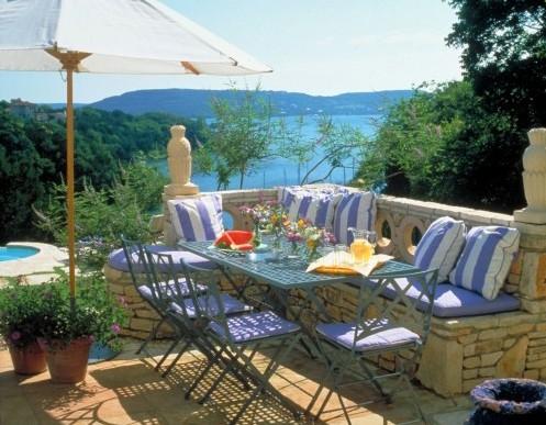 голубой цвет в дизайне внутреннего дворика