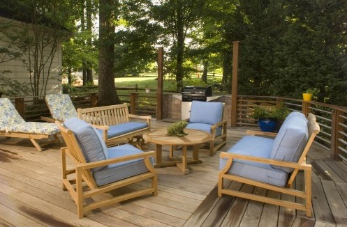 садовая мягкая мебель с голубой обивкой