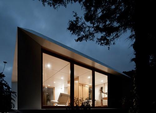 модульный дачный дом ночью