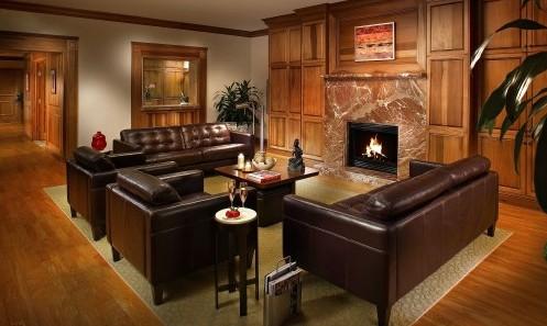 кожаная мебель в классической гостиной