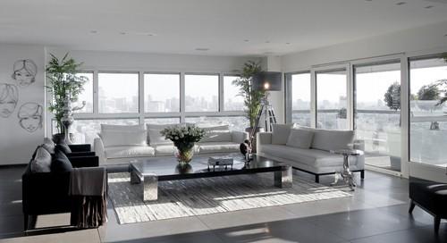 белый интерьер с черно-белой мебелью