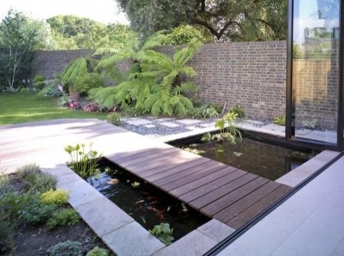 бетонный пруд с дорожкой