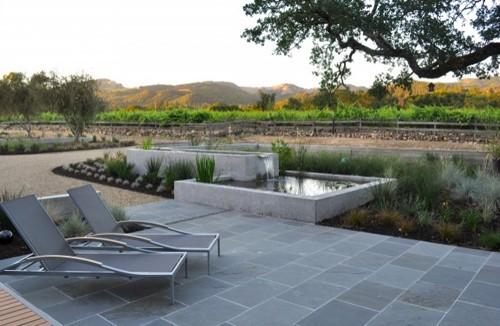 современный бетонный пруд в частном дворе