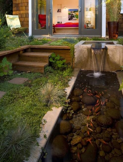 искусственный бетонный пруд с рыбками