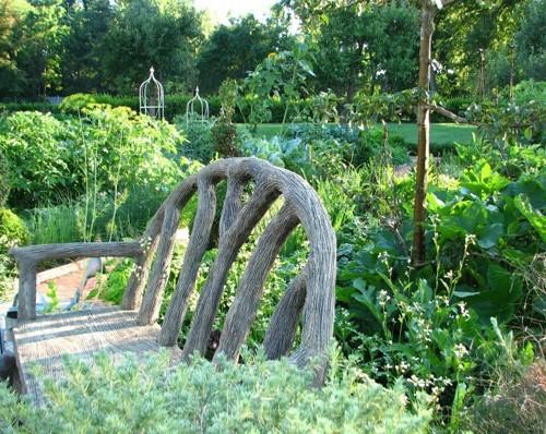 огородные грядки в частном дворе