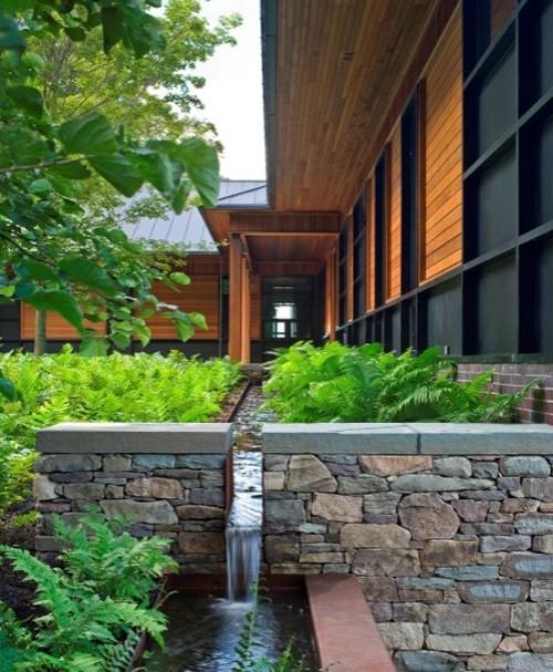 искусственный водопад в частном дворе