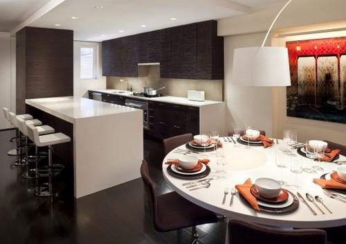 круглый обеденный стол на современной кухне