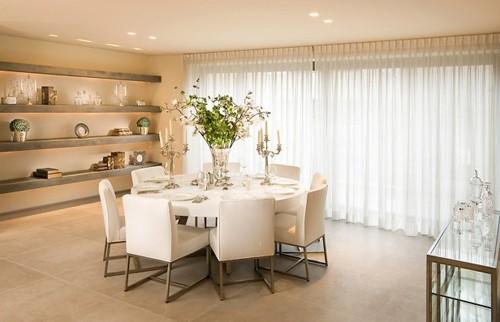элегантный круглый обеденный стол белого цвета