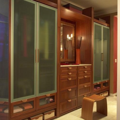 шкаф с полупрозрачными дверками