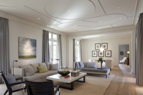 геометрический декор белого потолка