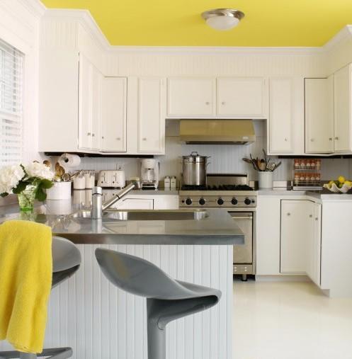цветной потолок в кухне