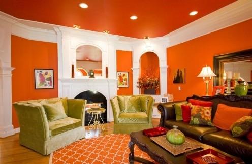 оранжевый потолок в гостиной