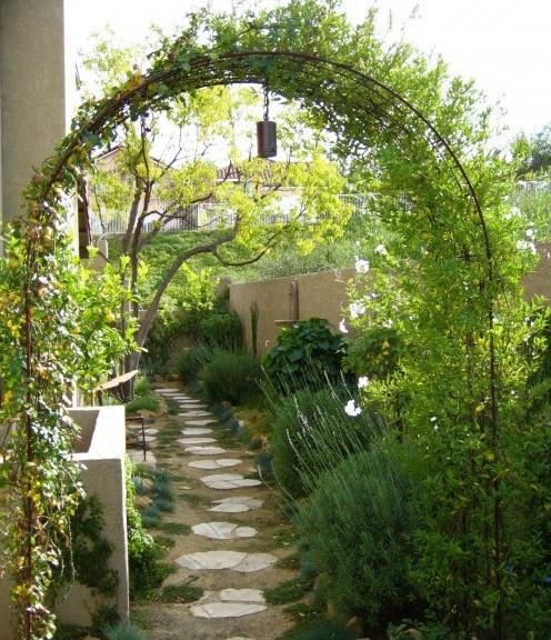 металлическая арка в саду