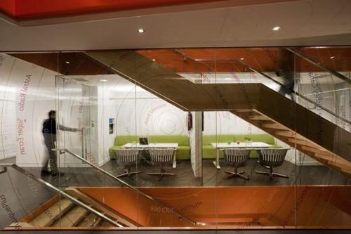 центральная лестница в офисе