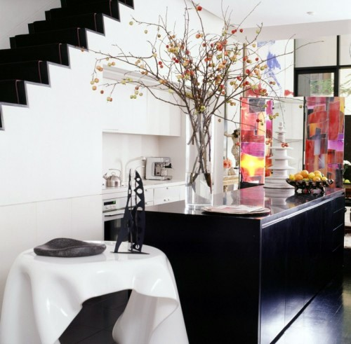 встроенная кухня под лестницей