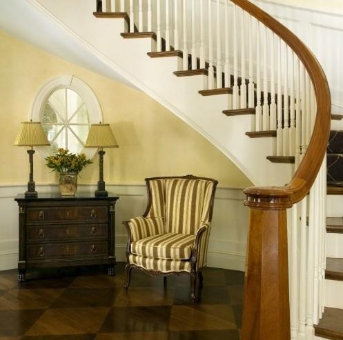 комод и кресло под лестницей