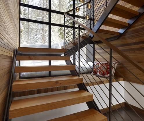 стильный лежак под лестницей