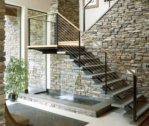 бассейн и фонтан под лестницей