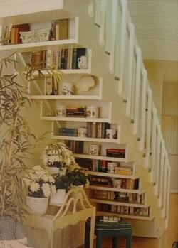 полки под ступенями лестницы
