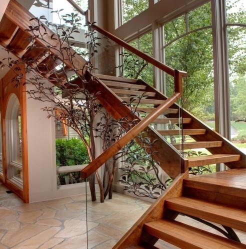 скульптура под лестницей