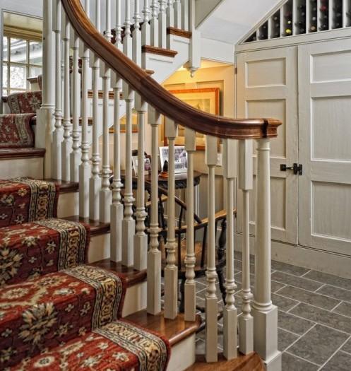 круглый столик под лестницей