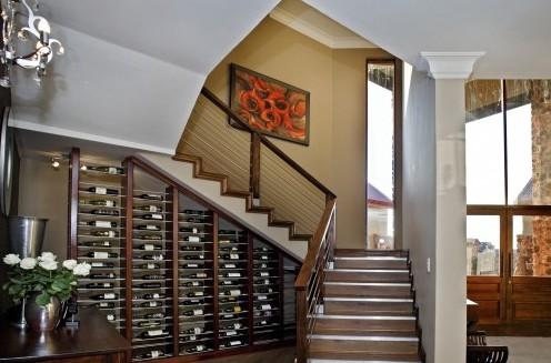 хранилище вина под лестницей