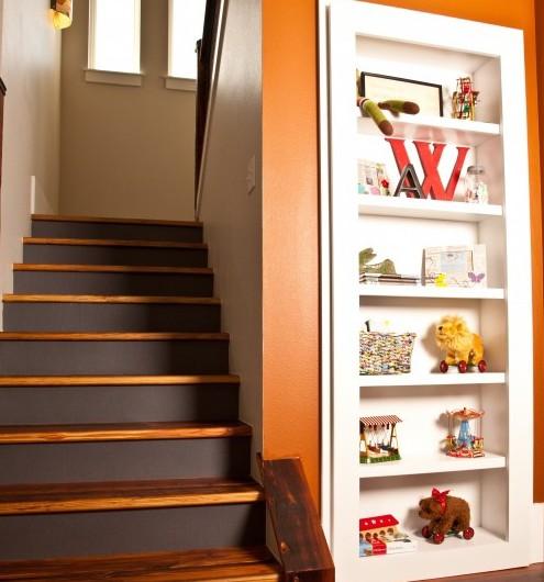 встроенный стеллаж под лестницей