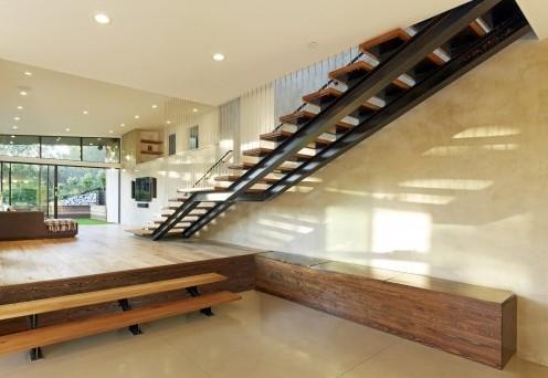 сундук под лестницей