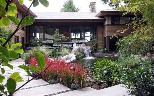 дизайн двора с красными растениями