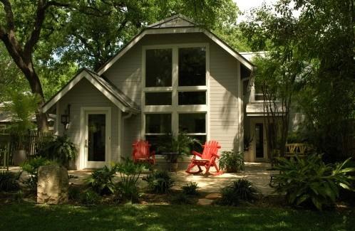дизайн двора с красной мебелью