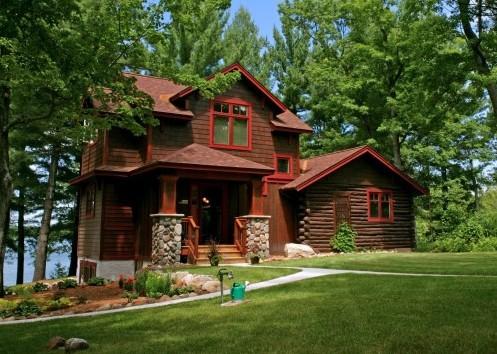 деревянный фасад с красными элементами