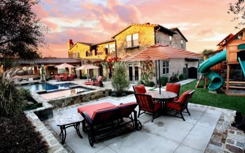 красивый двор с красной мебелью