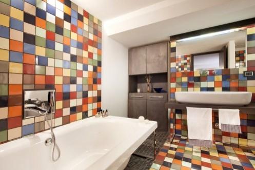 многоцветный интерьер ванной комнаты