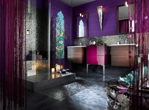 приглушенное освещение яркой ванной комнаты