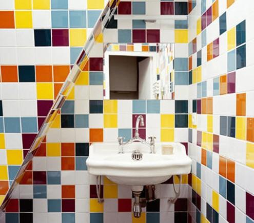 разноцветная плитка в интерьере ванной
