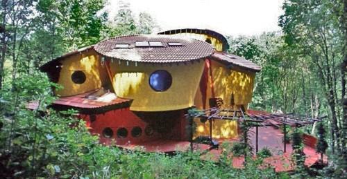 необычный дом с полукруглым двором