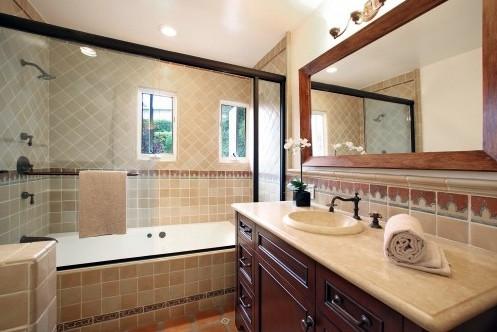 интерьер ванной с классическими аксессуарами