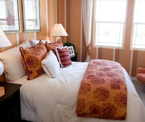 полосатый декор маленькой спальни